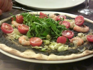 Milestone - Pizza nero di seppia rucola e gamberi